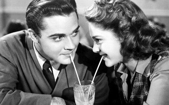 求愛:カップルが同じグラスの飲み物を飲む