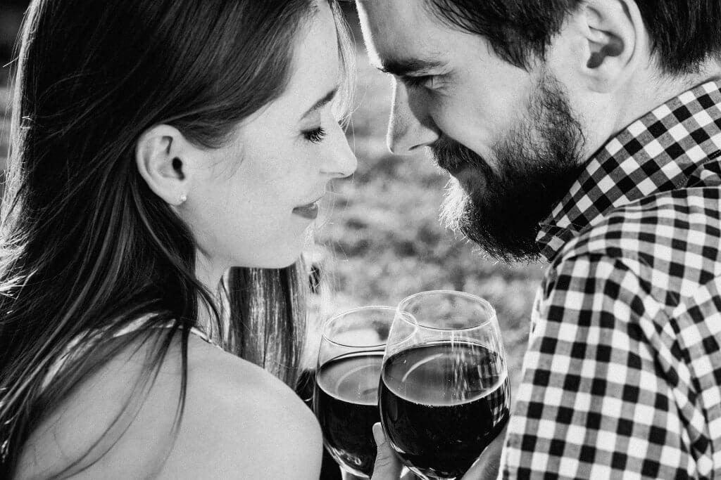 カップルがワインを飲んでいる