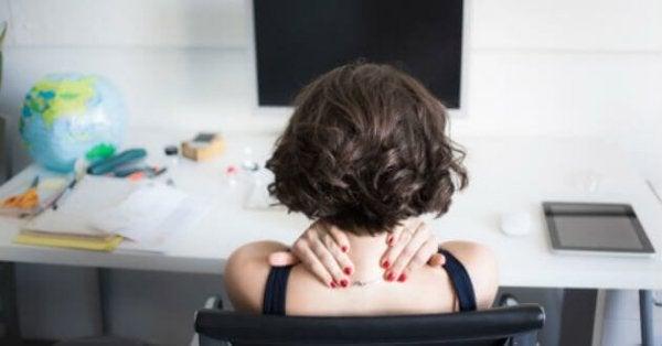 肩を揉んでいる女性の後ろ姿