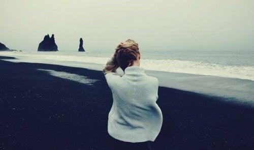 風の強いビーチと少女