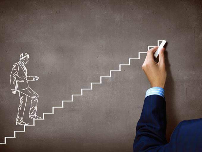 黒板で階段を上る男性
