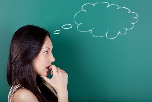 黒板の前で考える女性