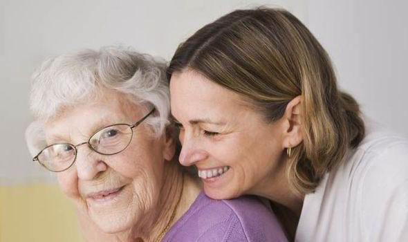 高齢の女性に寄り添う女性