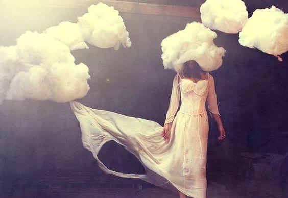 雲が頭に乗っている女性