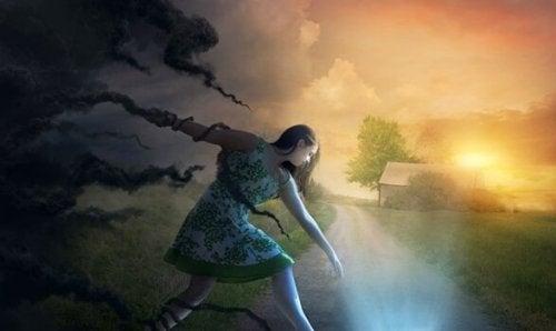 雲から逃げる少女