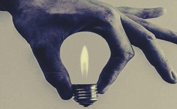 手でかたどった電球