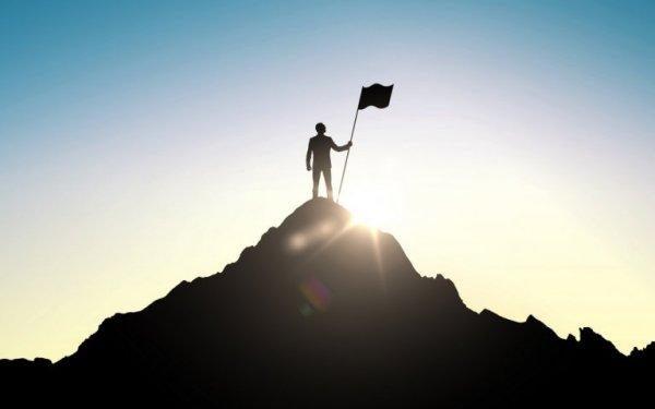 山頂に立つ男