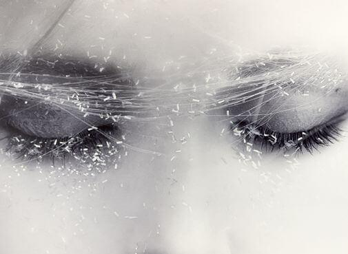 目を閉じた女性