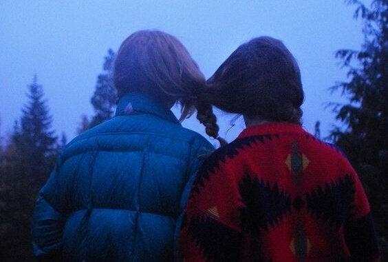 三つ編みが絡み合った二人の少女
