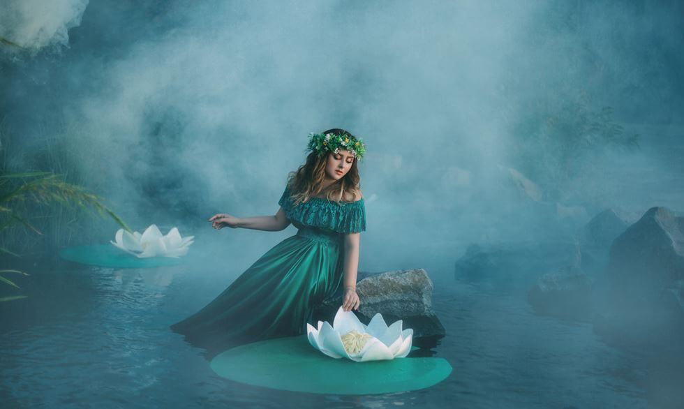 湖と緑の女性とランの花
