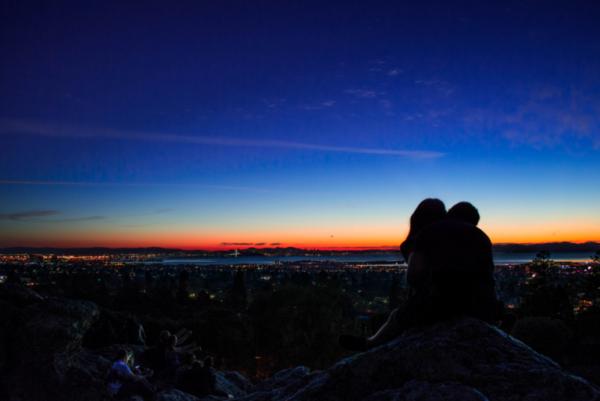日没の景色とカップル