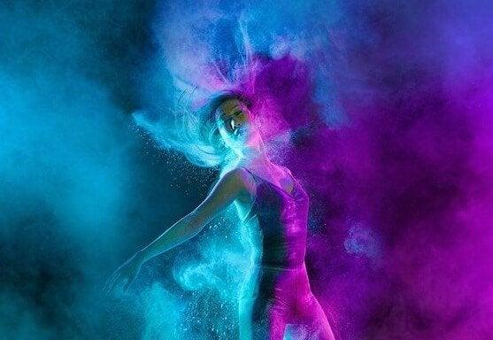 青と紫のライトを浴びて踊る女性