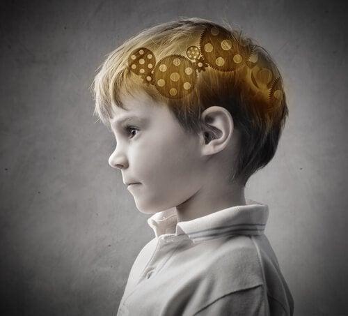 男の子の頭にある歯車