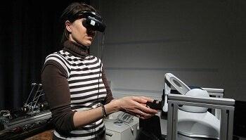 ロボットを操る女性