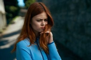 心配な表情の女性