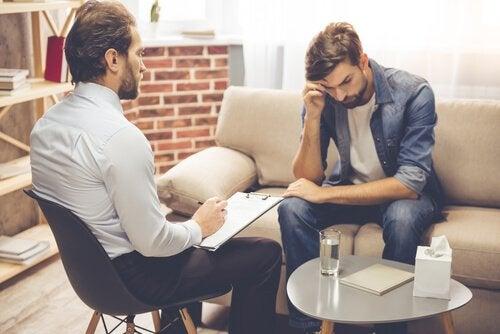 心理療法士と落ち込む男性