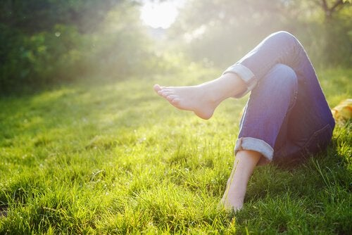 草原で寝ている女性の足