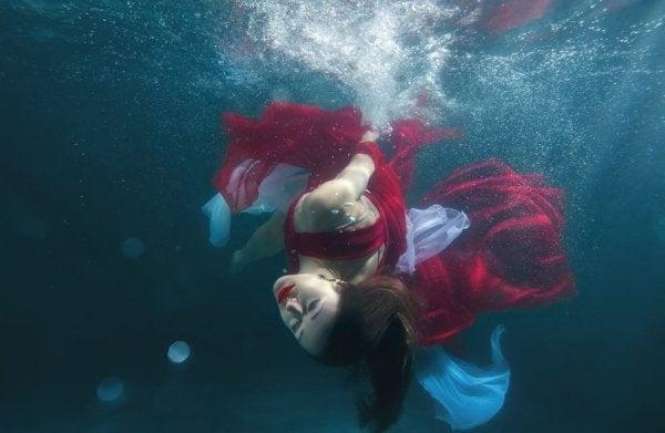 水中の赤い服を着た女性