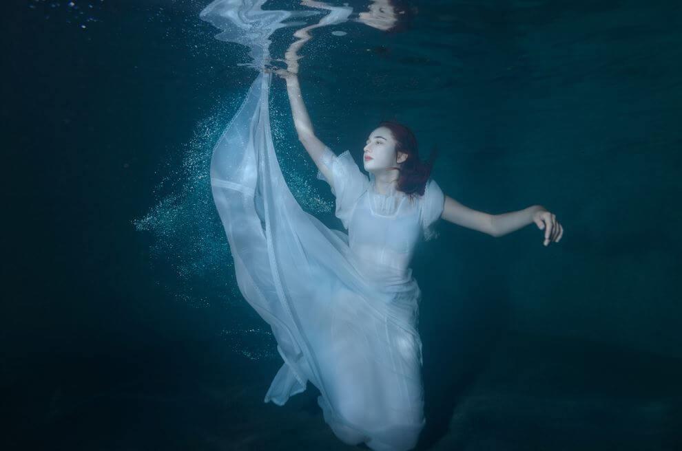 水中の白い服の女性