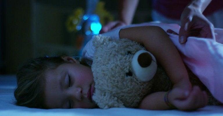 少女とクマのぬいぐるみ