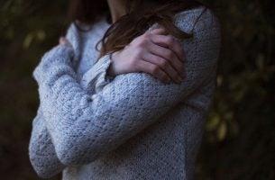 腕を抱える女性