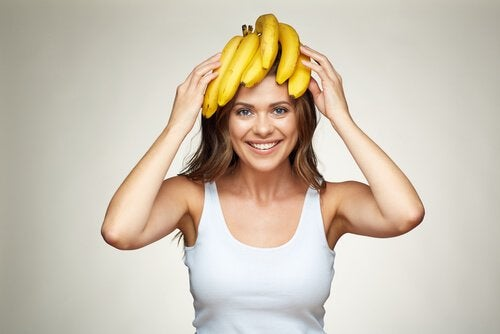 バナナを頭に乗せた女性