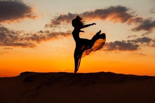 山で踊る女性