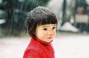 雪の中にたたずむ子供