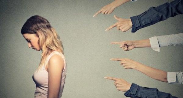 指をさされる女性