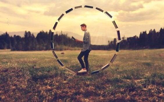 円の中を歩く男