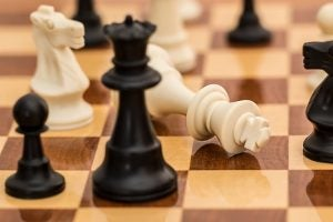 チェス盤上でキングが倒れる