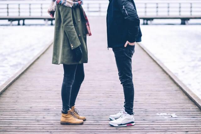 向き合うカップルの足