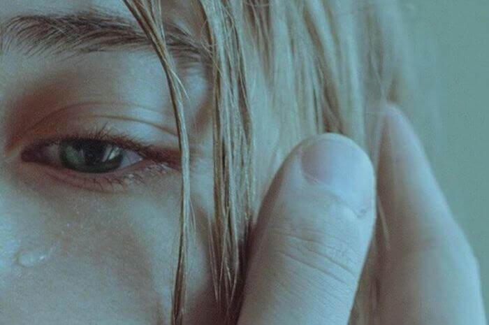 涙を流す女性の目