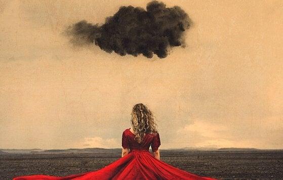 赤いドレスと黒い雲
