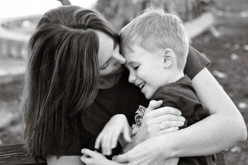 母親と息子の抱擁