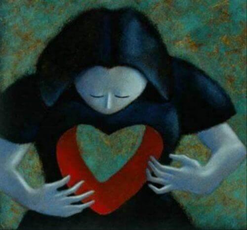 心に穴が開いた女性
