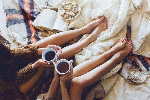 2人の友達がコーヒーを飲みながら話している