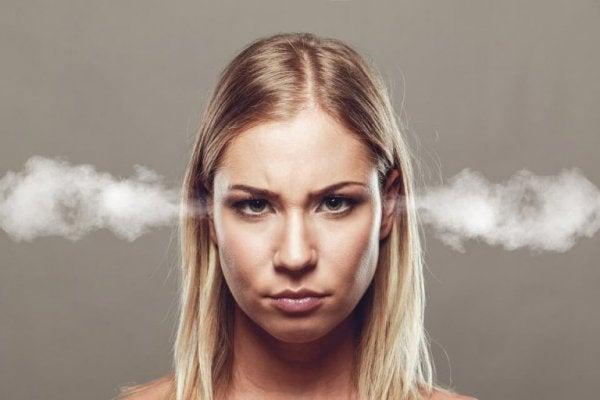 怒りと傲慢の女性