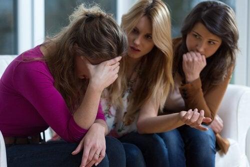 女性達が心理的虐待について話している