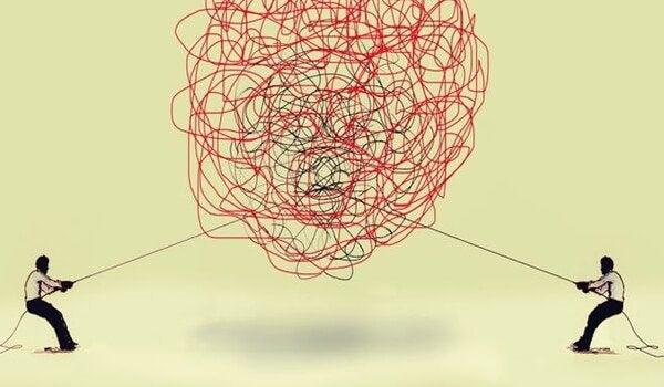 絡まった糸を引っ張る人