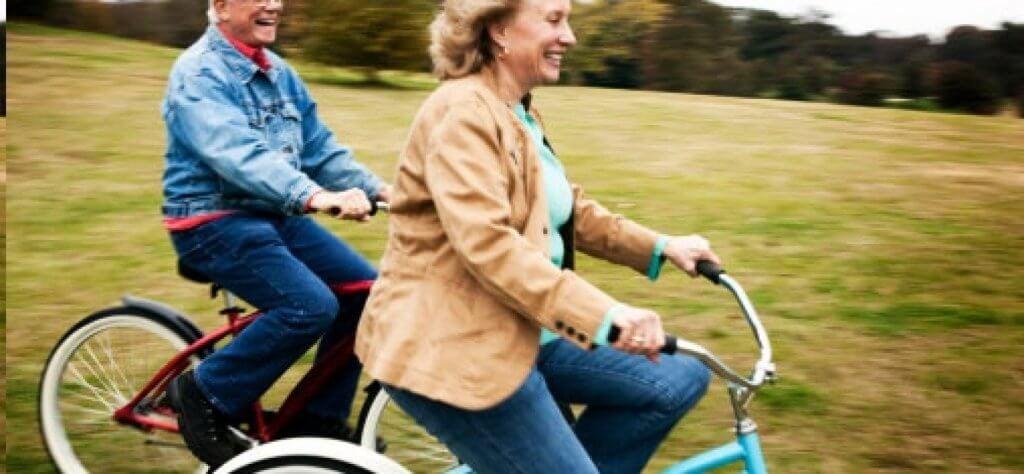 自転車に乗る夫婦