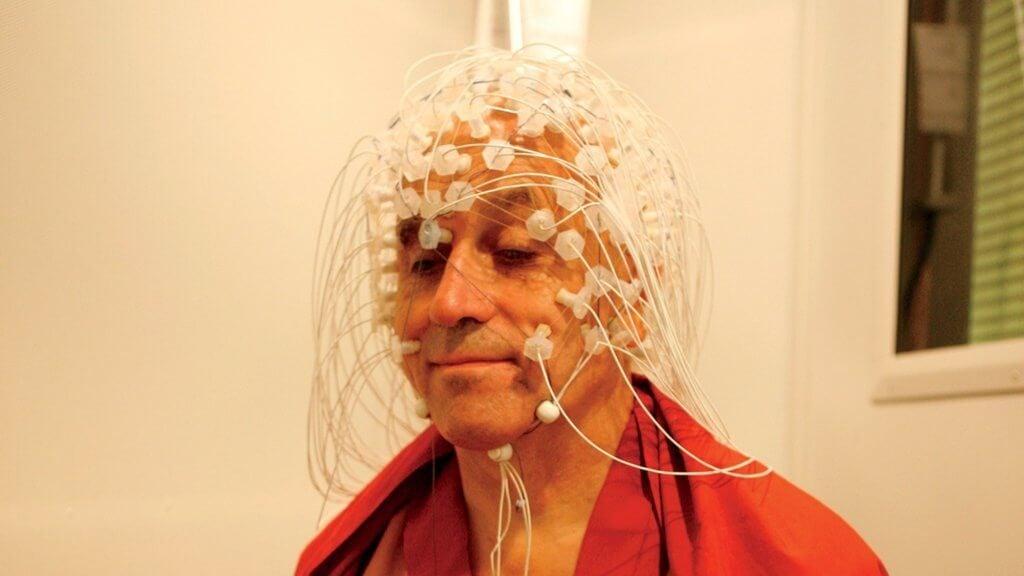脳波を調べられるマシュー・リカード