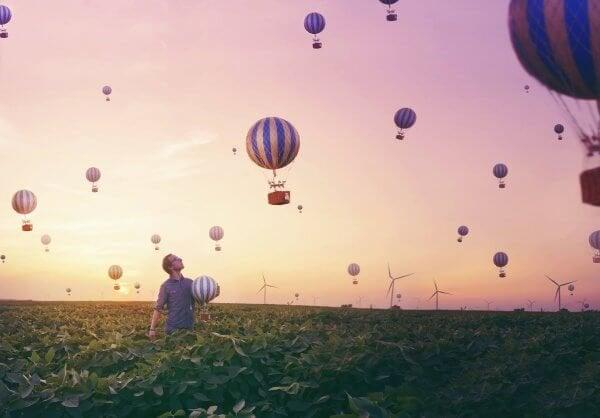 熱気球が飛ぶ