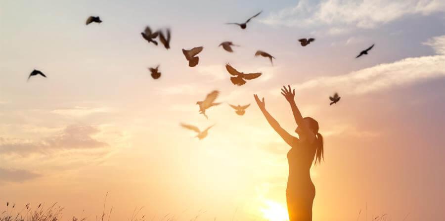 鳥を放つ女性