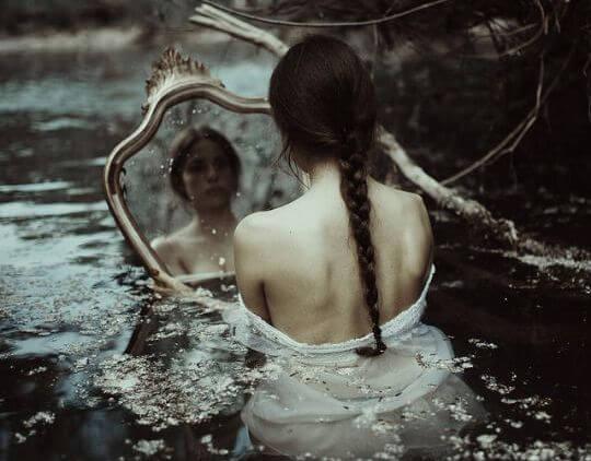 水の中で鏡に映る女性