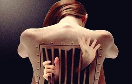 背中の牢獄