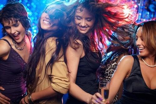 友達がみんな一緒に踊っている