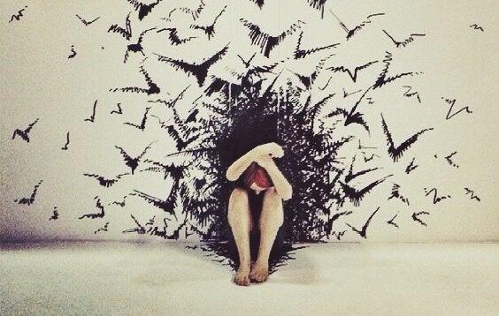 鳥に囲まれる女性