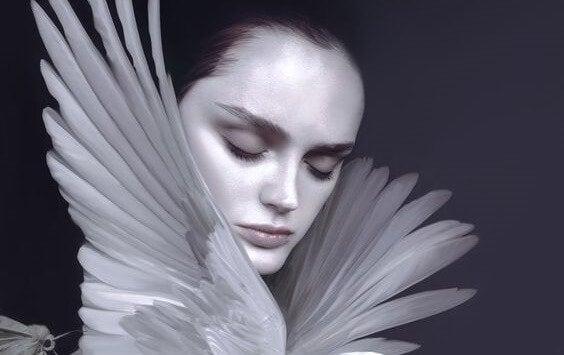 鳥の羽の間にいる女性
