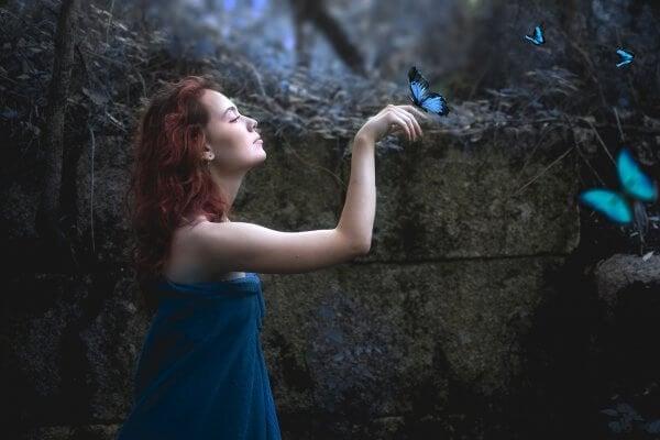青い蝶々と女性